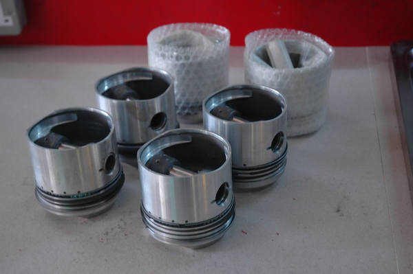 Standard 4.0 Pistons. New old Stock - 4.0 piston set.